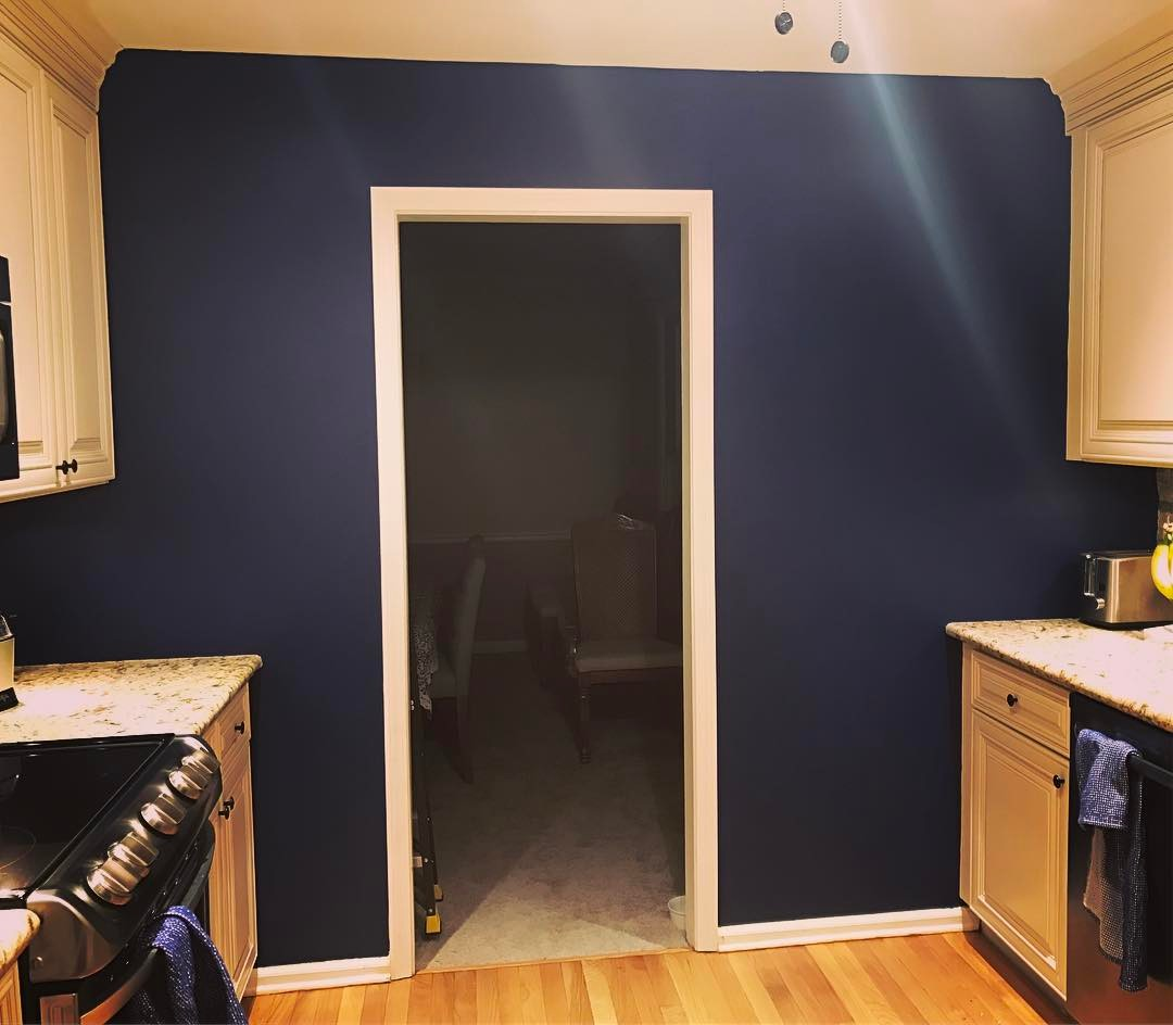 Фото синих стен Dulux Rich Navy 56BB 07/196